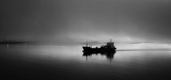 Schiff im Morgennebel